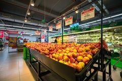 Hanoi Vietnam - Juli 10, 2017: Nya frukter på hylla i den Vinmart supermarket, Minh Khai gata Fotografering för Bildbyråer