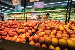 Hanoi Vietnam - Juli 10, 2017: Nya frukter på hylla i den Vinmart supermarket, Minh Khai gata Arkivbild