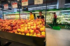 Hanoi Vietnam - Juli 10, 2017: Nya frukter på hylla i den Vinmart supermarket, Minh Khai gata Royaltyfria Bilder