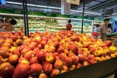 Hanoi Vietnam - Juli 10, 2017: Nya frukter på hylla i den Vinmart supermarket, Minh Khai gata Royaltyfri Bild