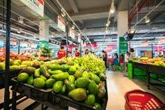 Hanoi Vietnam - Juli 10, 2017: Nya frukter på hylla i den Vinmart supermarket, Minh Khai gata Arkivfoto