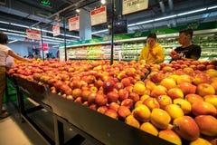Hanoi Vietnam - Juli 10, 2017: Nya frukter på hylla i den Vinmart supermarket, Minh Khai gata Arkivbilder