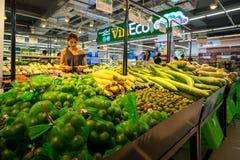 Hanoi Vietnam - Juli 10, 2017: Organiska grönsaker på hylla i den Vinmart supermarket, Minh Khai gata royaltyfri foto