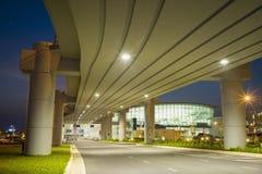 Hanoi, Vietnam - 12. Juli 2015: Unter der Überführungsbrücke bei Noi Bai International Airport Neues Flughafen T2 Lizenzfreie Stockfotos