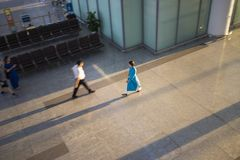Hanoi, Vietnam - 12. Juli 2015: Verwischt, Effekt auf den vietnamesischen Luftstewardess verschiebend, der AO Dai trägt, geht bei Lizenzfreie Stockfotos