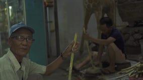 Hanoi, Vietnam - Juli 2018: Vietnamesischer Mann des Porträts, der Stock des Zuckerrohrs im Dorf hält Alter lächelnder Mann des G stock video