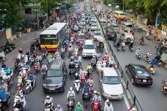 Hanoi, Vietnam - 26. Juli 2016: Vogelperspektive des Verkehrs in Tay Son-Straße, Hanoi Stockfotos
