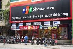 HANOI, VIETNAM - 12 JULI, 2014: Vooraanzicht van een mobiele telefoonopslag van FPT-Telecommunicatie in het kapitaal van Hanoi FP Royalty-vrije Stock Foto