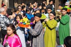 Hanoi, Vietnam - Jun 22, 2017: Traditionele wierook die ritueel aanbieden tijdens de maan nieuwe vakantie van jaartet in communaa Stock Afbeelding