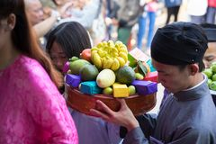 Hanoi, Vietnam - Jun 22, 2017: Traditionele wierook die ritueel aanbieden tijdens de maan nieuwe vakantie van jaartet in communaa Stock Afbeeldingen