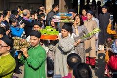 Hanoi, Vietnam - Jun 22, 2017: Traditionele wierook die ritueel aanbieden tijdens de maan nieuwe vakantie van jaartet in communaa Royalty-vrije Stock Foto's
