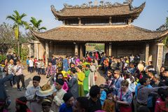 Hanoi, Vietnam - Jun 22, 2017: Traditionele wierook die ritueel aanbieden tijdens de maan nieuwe vakantie van jaartet in communaa Stock Fotografie