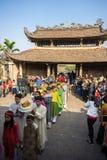 Hanoi, Vietnam - Jun 22, 2017: Traditionele wierook die ritueel aanbieden tijdens de maan nieuwe vakantie van jaartet in communaa Royalty-vrije Stock Foto