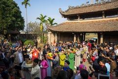 Hanoi, Vietnam - Jun 22, 2017: Traditionele wierook die ritueel aanbieden tijdens de maan nieuwe vakantie van jaartet in communaa Royalty-vrije Stock Fotografie