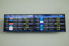 Hanoi, Vietnam - 26. Juni 2015: Flugzeitplanbrett bei Noi Bai International Airport Lizenzfreie Stockfotos