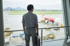 Hanoi, Vietnam - 26. Juni 2015: Geschäftsmann-Warteabfahrt des Fluges bei Noi Bai International Airport Lizenzfreies Stockbild