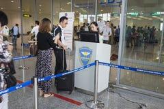 Hanoi, Vietnam - 26. Juni 2015: Linie von Leuten stehen an Ausgang bei Noi Bai International Airport an Stockfoto