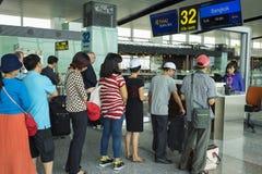 Hanoi, Vietnam - 26. Juni 2015: Linien von den Leuten, die am Einstiegtor in Noi Bai International Airport warten Stockfotos