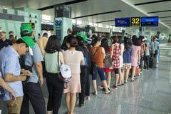 Hanoi, Vietnam - 26. Juni 2015: Linien von den Leuten, die am Einstiegtor in Noi Bai International Airport warten Stockfoto