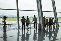 Hanoi, Vietnam - 26. Juni 2015: Passagierschattenbilder am Abfahrtaufenthaltsraum, Noi Bai International Airport Lizenzfreie Stockbilder