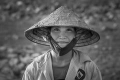 Hanoi, Vietnam - 12. Juni 2016: Schwarzweiss-Porträt des Frauenlandwirts konischen Hut in provinzieller Stadt Sohn Tay tragend Lizenzfreie Stockbilder