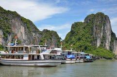 HANOI, VIETNAM - JUNIO DE 2016: Barco de cruceros largo de la bahía de la ha Foto de archivo