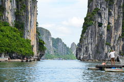 HANOI, VIETNAM - JUNIO DE 2016: La bahía larga de la ha es un sitio del patrimonio mundial de la UNESCO Imagen de archivo libre de regalías