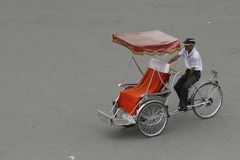 Hanoi, Vietnam: Leben in Vietnam Zyklo neben Sword See in Hanoi, Vietnam Ist das touristische ` s farvourite Fahrzeug Zyklo Stockfotografie