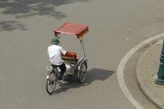 Hanoi, Vietnam: Leben in Vietnam Zyklo neben Sword See in Hanoi, Vietnam Ist das touristische ` s farvourite Fahrzeug Zyklo Lizenzfreie Stockbilder
