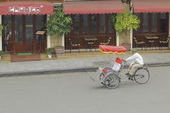 Hanoi, Vietnam: Leben in Vietnam Zyklo neben Sword See in Hanoi, Vietnam Ist das touristische ` s farvourite Fahrzeug Zyklo Stockfoto