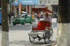 Hanoi, Vietnam: Leben in Vietnam Zyklo neben Sword See in Hanoi, Vietnam Ist das touristische ` s farvourite Fahrzeug Zyklo Stockbilder