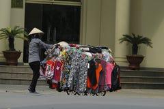 Hanoi, Vietnam - lokaler Straßenhändler auf Stadtzentrum von Hanoi, Vietnam Stockbild