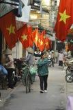 Hanoi, Vietnam - lokaler Straßenhändler auf Stadtzentrum von Hanoi, Vietnam Stockbilder