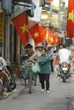 Hanoi, Vietnam - lokaler Straßenhändler auf Stadtzentrum von Hanoi, Vietnam Stockfotografie