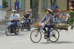 Hanoi, Vietnam - lokaler Straßenhändler auf Stadtzentrum von Hanoi, Vietnam Stockfotos