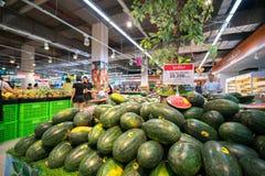 Hanoi, Vietnam - 10 luglio 2017: Anguria fresca sullo scaffale nel supermercato di Vinmart, via di Minh Khai Fotografia Stock Libera da Diritti