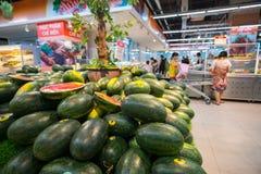 Hanoi, Vietnam - 10 luglio 2017: Anguria fresca sullo scaffale nel supermercato di Vinmart, via di Minh Khai Fotografia Stock
