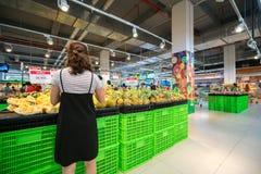 Hanoi, Vietnam - 10 luglio 2017: Donna asiatica che compra frutta fresca al supermercato nel supermercato di Vinmart, via di Minh Immagini Stock