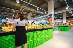 Hanoi, Vietnam - 10 luglio 2017: Donna asiatica che compra frutta fresca al supermercato nel supermercato di Vinmart, via di Minh Fotografia Stock