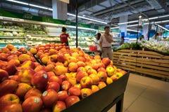 Hanoi, Vietnam - 10 luglio 2017: Frutta fresca sullo scaffale nel supermercato di Vinmart, via di Minh Khai Fotografia Stock Libera da Diritti