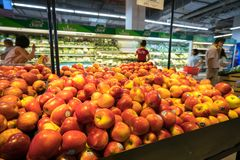Hanoi, Vietnam - 10 luglio 2017: Frutta fresca sullo scaffale nel supermercato di Vinmart, via di Minh Khai Immagine Stock Libera da Diritti