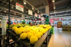 Hanoi, Vietnam - 10 luglio 2017: Frutta fresca sullo scaffale nel supermercato di Vinmart, via di Minh Khai Fotografia Stock