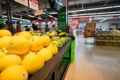 Hanoi, Vietnam - 10 luglio 2017: Frutta fresca sullo scaffale nel supermercato di Vinmart, via di Minh Khai Fotografie Stock Libere da Diritti