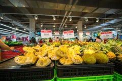 Hanoi, Vietnam - 10 luglio 2017: Giaca fresca sullo scaffale nel supermercato di Vinmart, via di Minh Khai Fotografie Stock Libere da Diritti