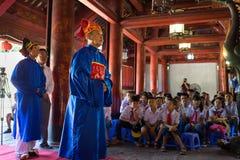 Hanoi, Vietnam - 24 luglio 2016: Gli uomini che indossano il rispetto ufficiale di rappresentazione di governo feudale anziano a  Immagine Stock