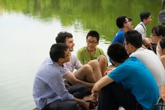 Hanoi, Vietnam - 3 luglio 2016: Il gruppo di studenti impara parlare inglese con gli stranieri indigeni inglesi nel lago Hoan Kie Immagini Stock
