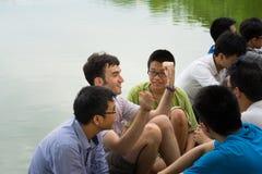 Hanoi, Vietnam - 3 luglio 2016: Il gruppo di studenti impara parlare inglese con gli stranieri indigeni inglesi nel lago Hoan Kie Fotografia Stock Libera da Diritti