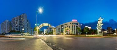 Hanoi, Vietnam - 19 luglio 2016: Il panorama dell'entrata al centro commerciale mega di Vincom cronometra la città, il più grande Fotografia Stock