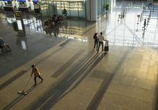 Hanoi, Vietnam - 12 luglio 2015: L'alto punto di vista di Corridoio di Noi Bai International Airport, il più grande aeroporto nel Immagini Stock Libere da Diritti