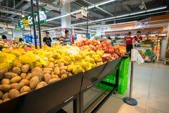 Hanoi, Vietnam - 10 luglio 2017: Verdure organiche sullo scaffale nel supermercato di Vinmart, via di Minh Khai Fotografie Stock